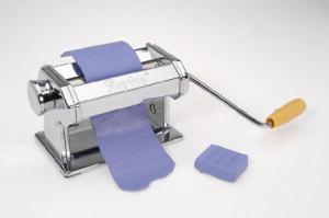 רידוד פימו במכונת פסטה ידנית